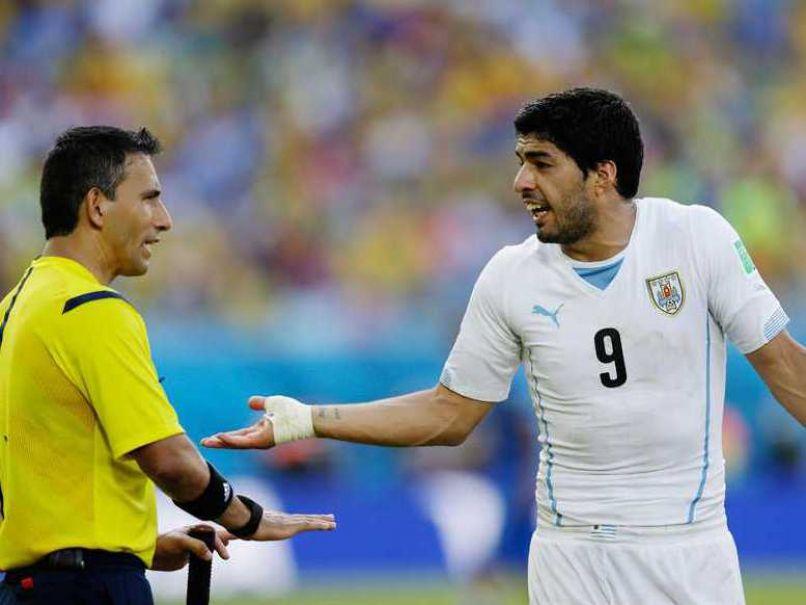 Rodríguez ficou marcado por não expulsar Luis Suárez após mordida / AFP