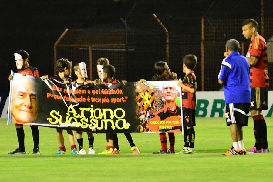 Jogadores entraram em campo com a faixa em homenagem a Suassuna / Alexandre Gondim/JC Imagem/Folhapress