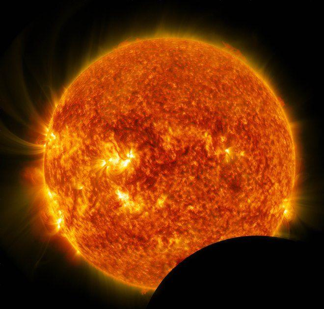 Trânsito lunar causa eclipse do ponto de vista de Observatório / NASA / AFP