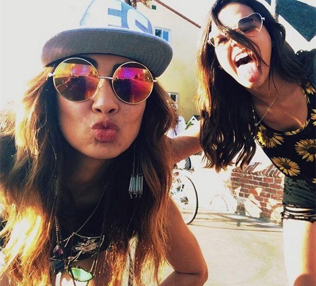 Marquezine anda de skate com a amiga Stéphannie