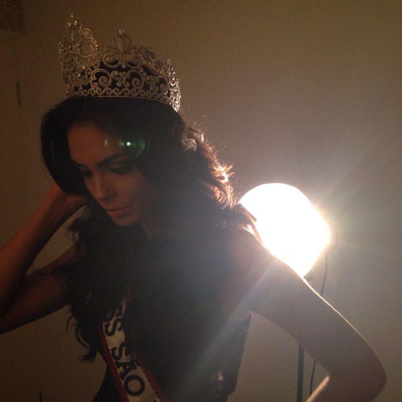 Miss São Paulo tirou fotos com a coroa e com a faixa