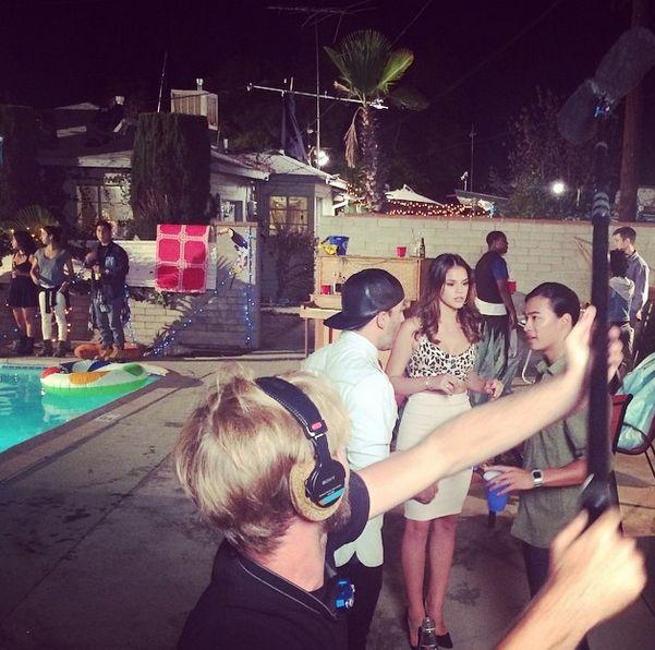 Bruna Marquezine é clicada concentrada durante as filmagens / Divulgação/Instagram