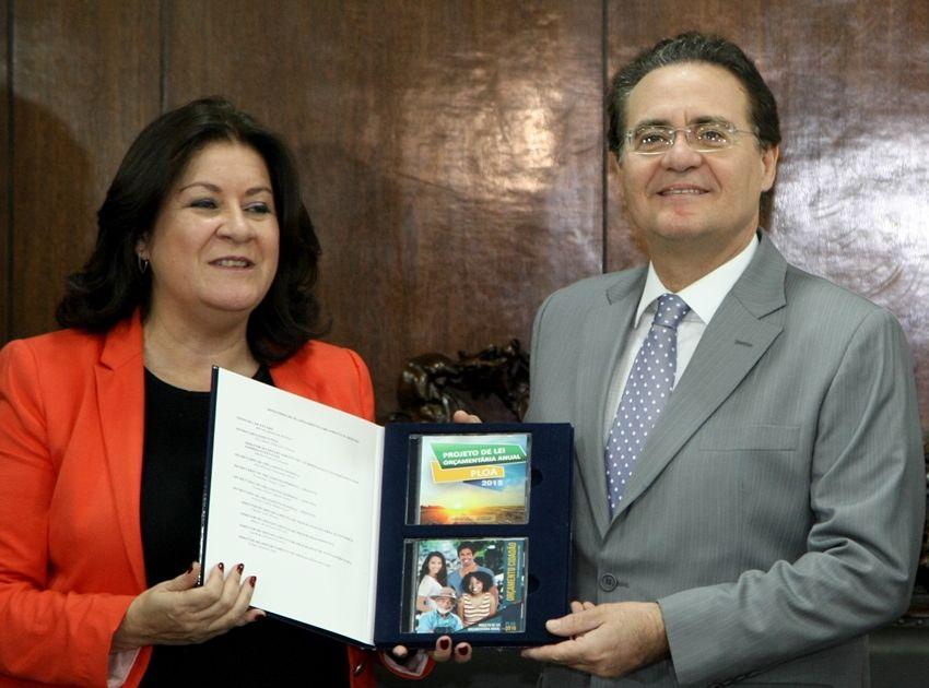 Miriam Belchior entrega a Renan Calheiros o projeto orçamentário de 2015 /  Joel Rodrigues/Folhapress