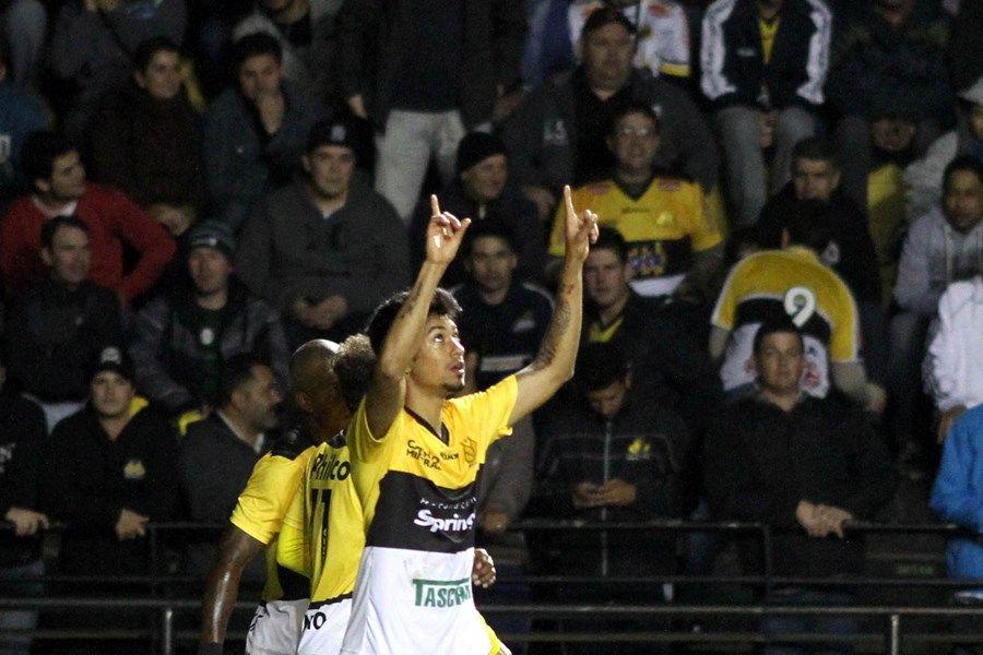 Lucca comemora gol que garantiu a vitória do Criciúma nesta quinta-feira / Fernando Ribeiro/Futura Press/Folhapress