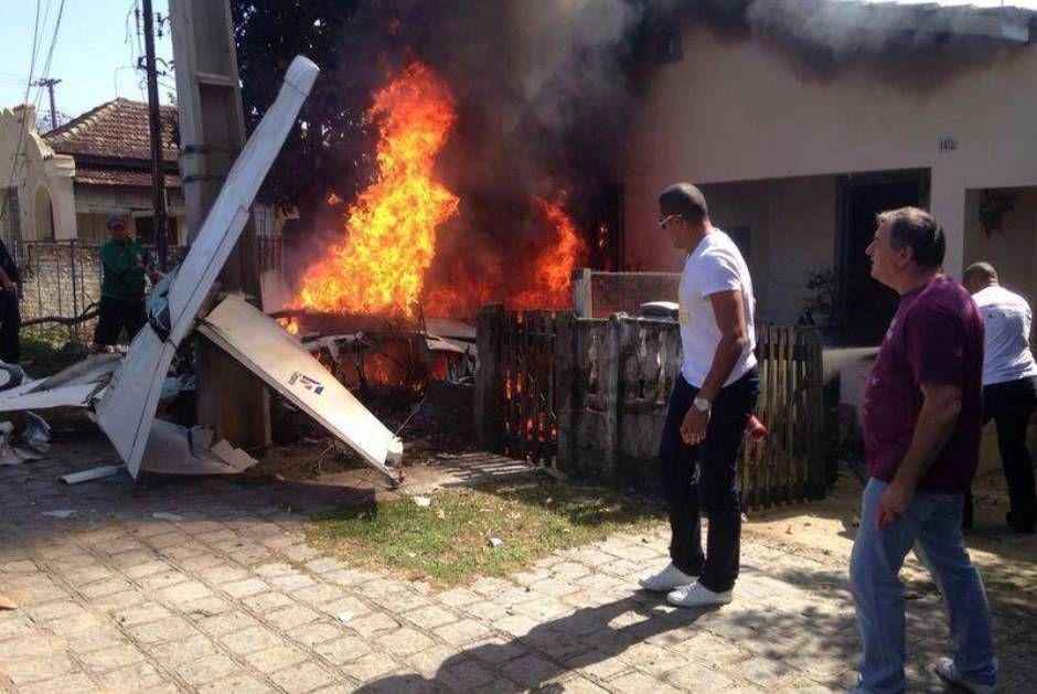 Avião caiu na frente de uma casa e pegou fogo / BandNews Curitiba