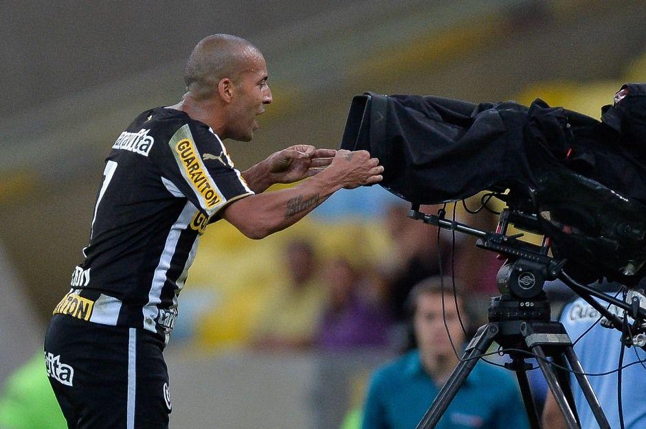Após ser expulso, Sheik criticou a CBF em frente a uma câmera de TV / Pedro Martins/Agif/Folhapress