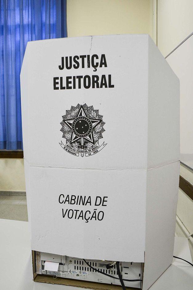 Resultado de imagem para fotos de cabina de votação