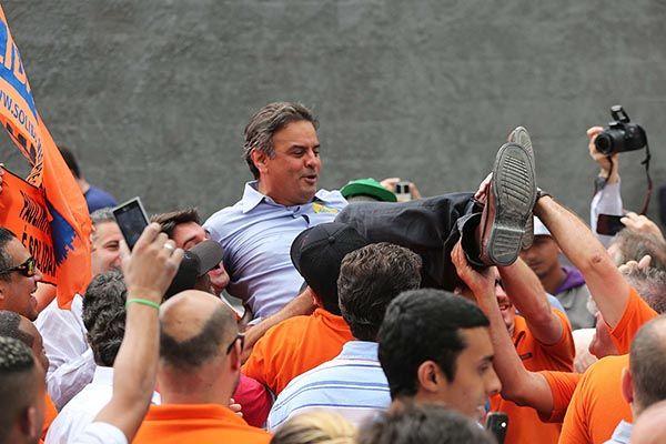 Aécio Neves é carregado em campanha em SP / Renato S. Cerqueira/Futura Press/Folhapress
