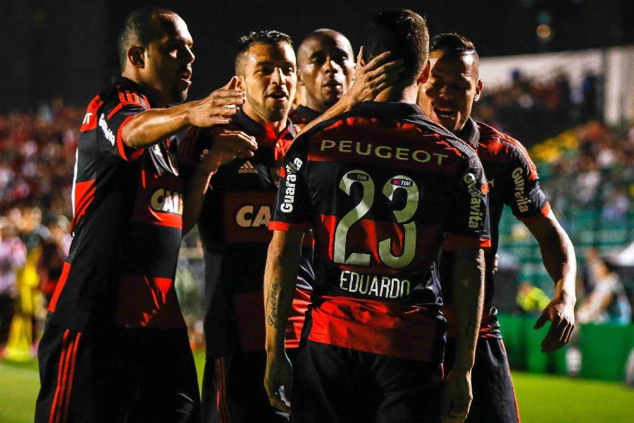 Jogadores comemoram o gol de Eduardo da Silva, o primeiro do Flamengo no jogo / Thiago Pedro/Futura Press/Folhapress