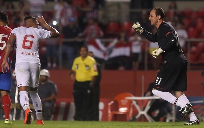 Rogério Ceni comemora gol de falta na vitória sobre Bahia no Morumbi / Rubens Chiri/Site São Paulo