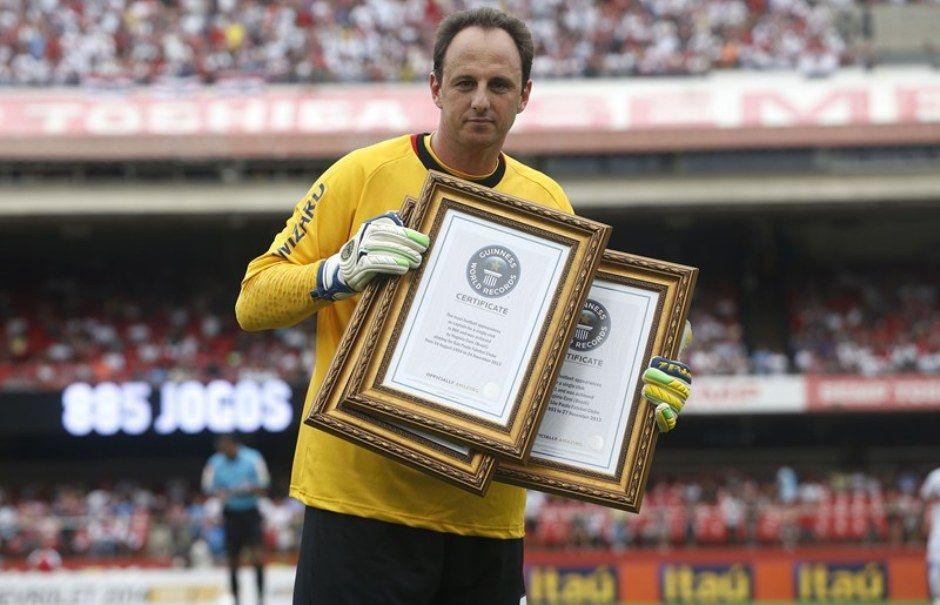 Em novembro de 2013 Rogério recebeu três placas por seus recordes no clube / Rubens Chiri/saopaulofc.net
