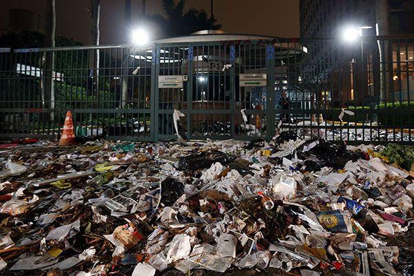 Lixo jogado no portão de entrada da Editora Abril / Ernesto Rodrigues/Folhapress