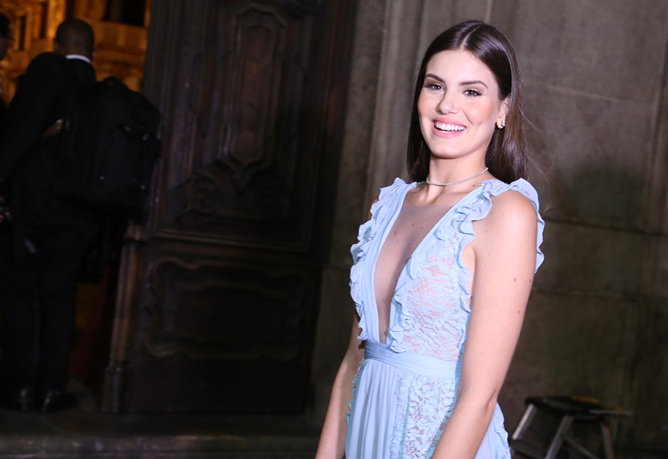 Camila Queiroz, noiva de Klebber Toledo, caprichou no decote. Foto: Anderson Borde e Wallace Barbosa/AgNews