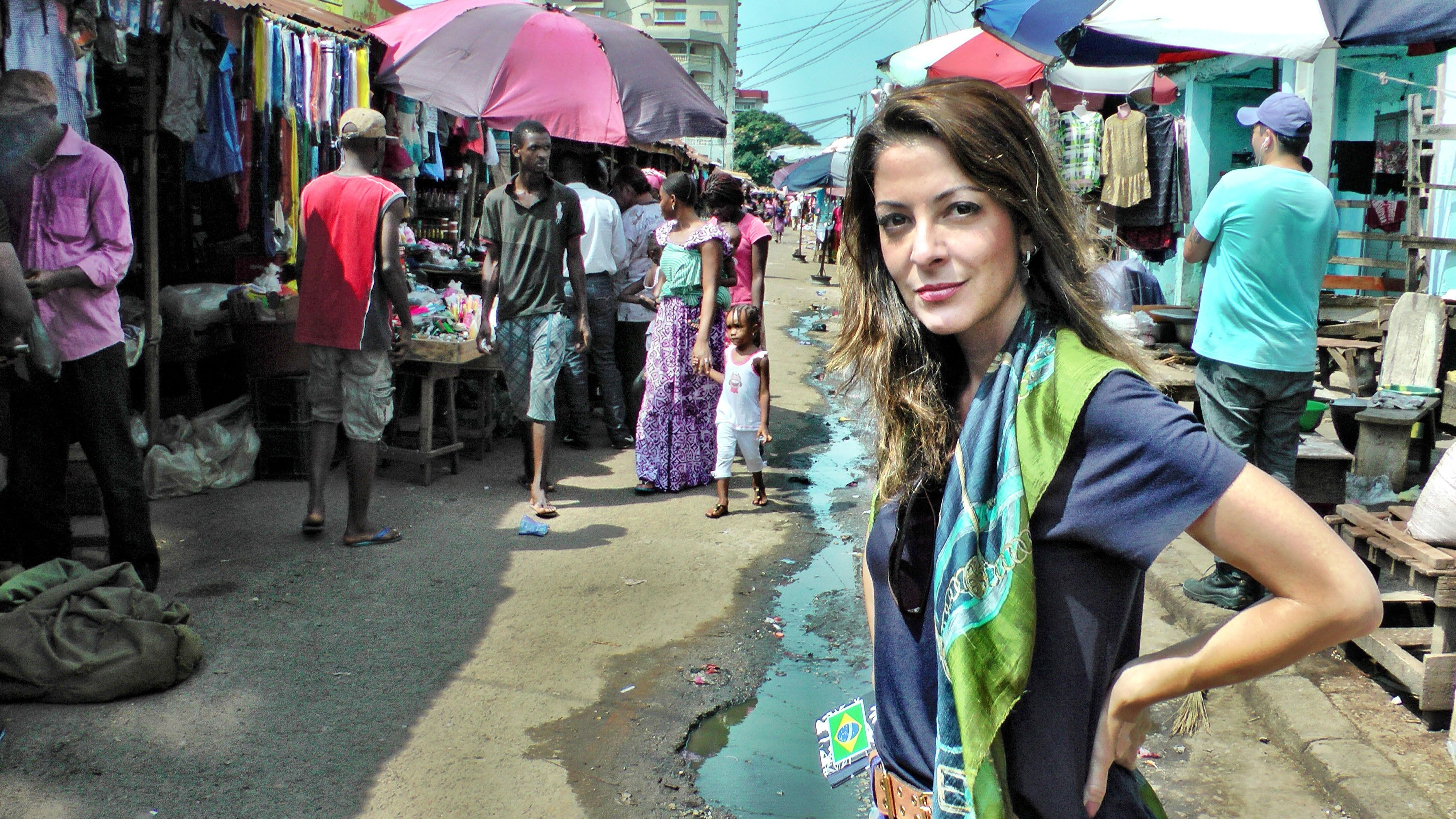 Ana Paula Padrão em um mercado de rua de Conacri, capital da Guiné: as pessoas tentam levar suas vidas normalmente apesar do surto de Ebola / Arquivo Pessoal