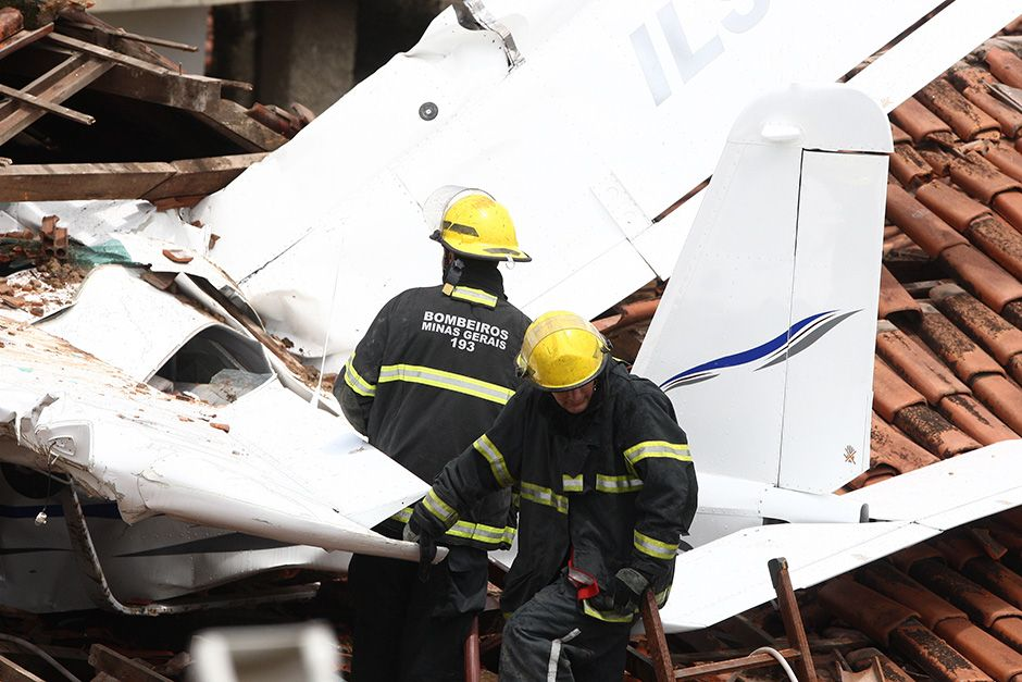 Bombeiros trabalham na retirada de avião / Hoje em Dia/Folhapress