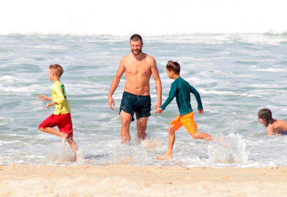 Rodrigo Hilbert se diverte na praia com os filhos