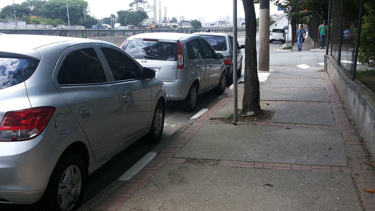 Um dos cuidadores disse ainda que muitos servidores do Detran param na área por ser mais barato que o estacionamento legalizado / Maria Teresa Cruz/BandNews FM/Arquivo