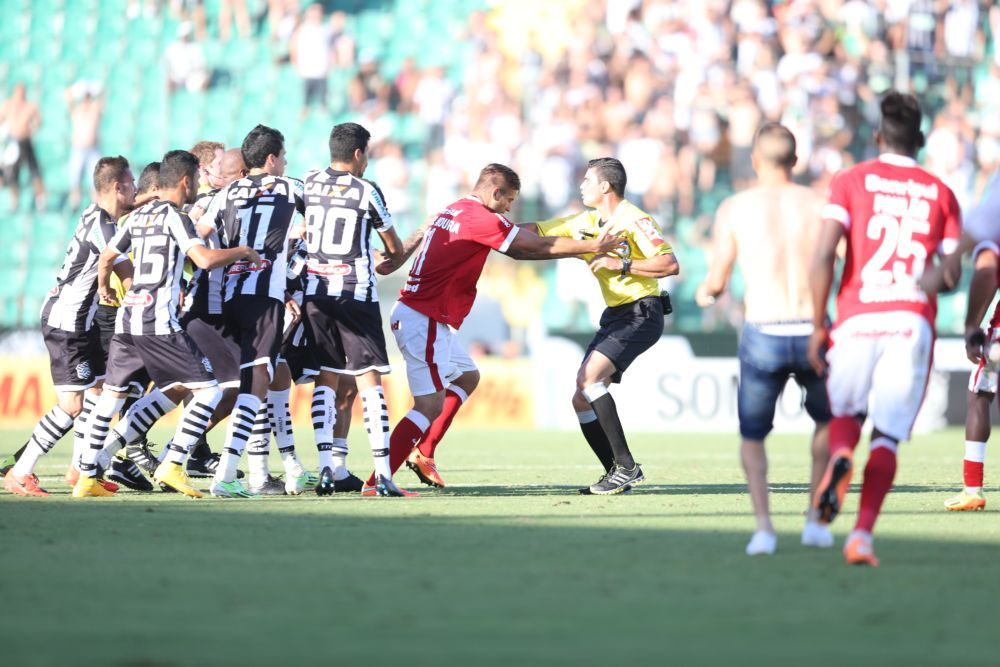 Rafael Moura, do Internacional, protegeu o árbitro da ira dos atletas do Figueirense / Charles Guerra/Ag. RBS/Folhapress