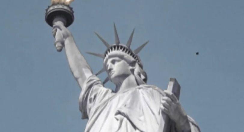 Objeto voador não identificado aparece sobre a Estátua da Liberdade / Reprodução/YouTube