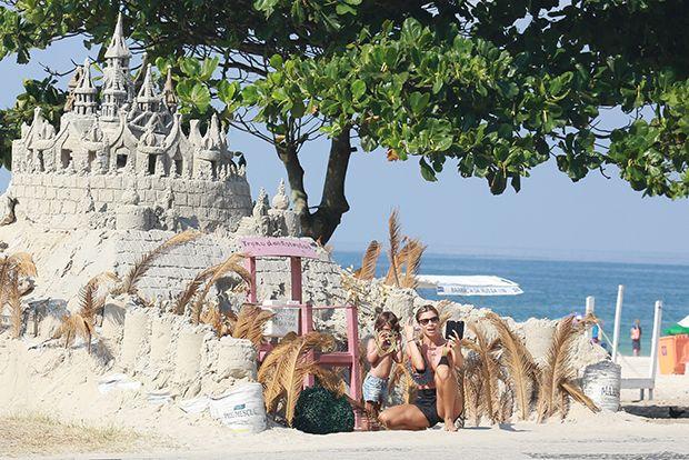 Grazi e Sofia curtem dia de sol à beira da praia