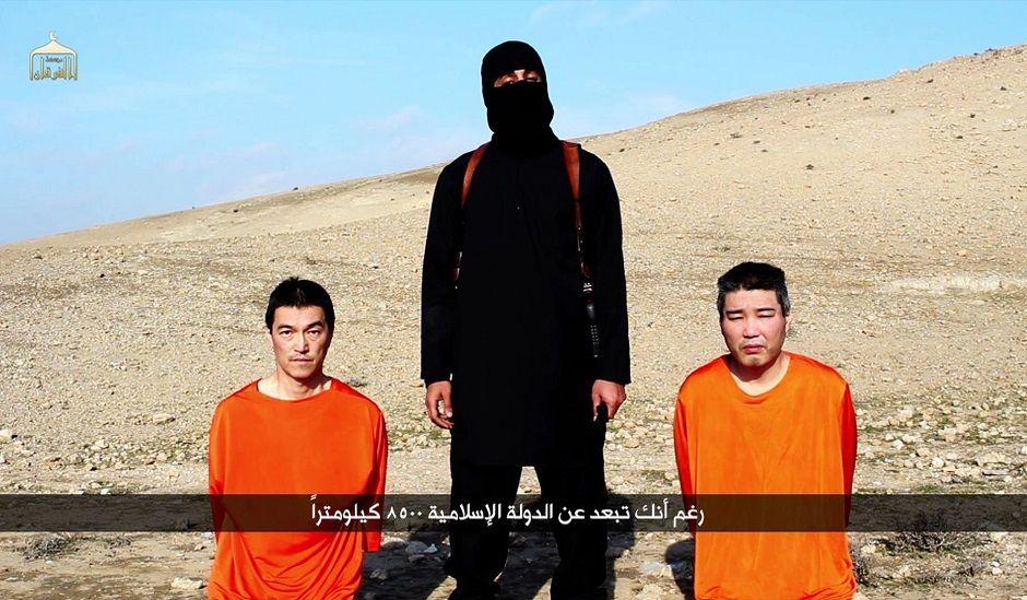 Imagem de arquivo mostra Kenji Goto (esq.) e Haruna Yukawa (dir.) em poder dos extremistas do EI / Al-Furqan Media/AFP