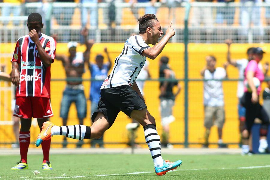 Maycon comemora gol após falha do goleiro Talles / Marcos Bezerra/Futura Press/Folhapress