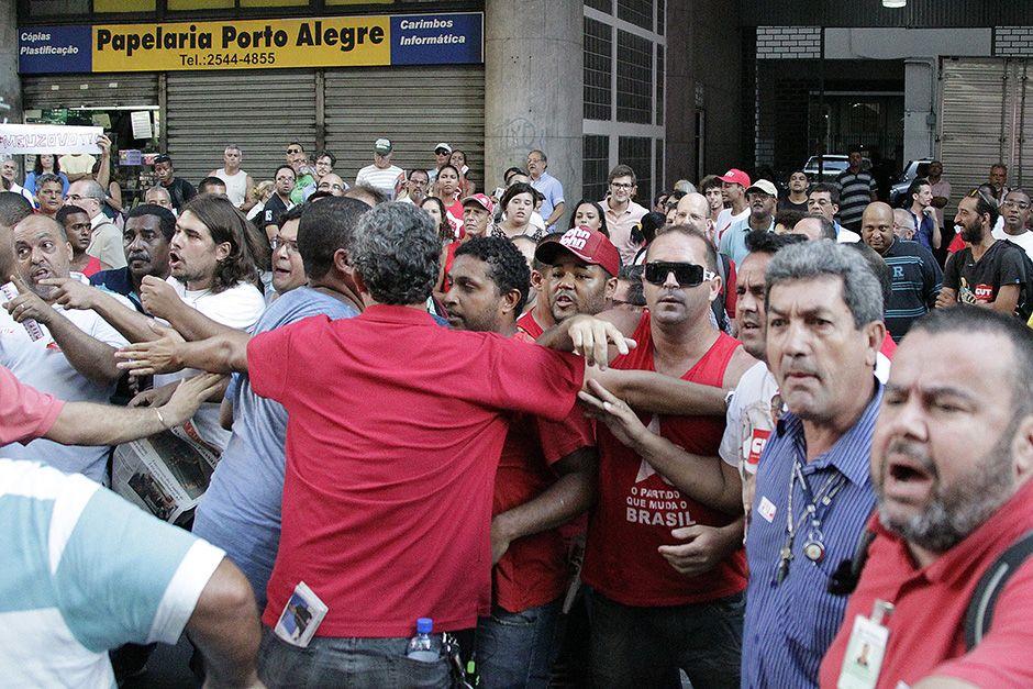 Confusão em ato para apoiar a Petrobrás / Paulo Campos/Folhapress