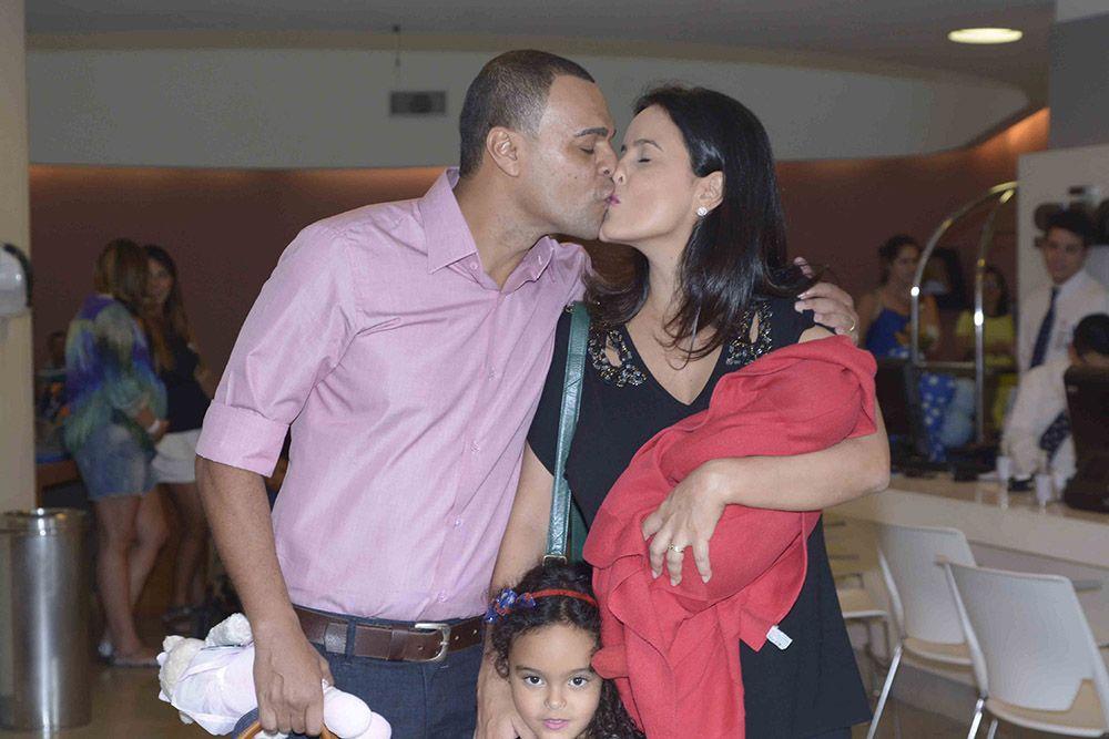Luciele di Camargo e Denilson deixam maternidade com o filho