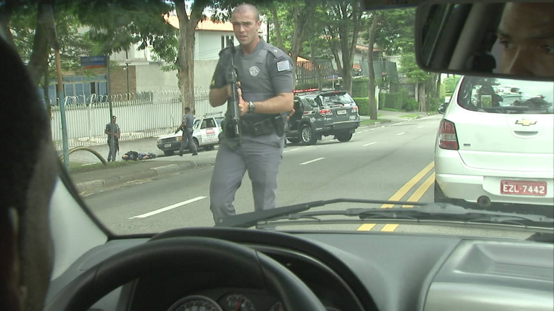 Assaltantes estariam com um fuzil, segundo a polícia / Reprodução