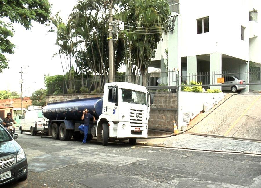 Caminhão-pipa abastece prédio em SP / Reprodução