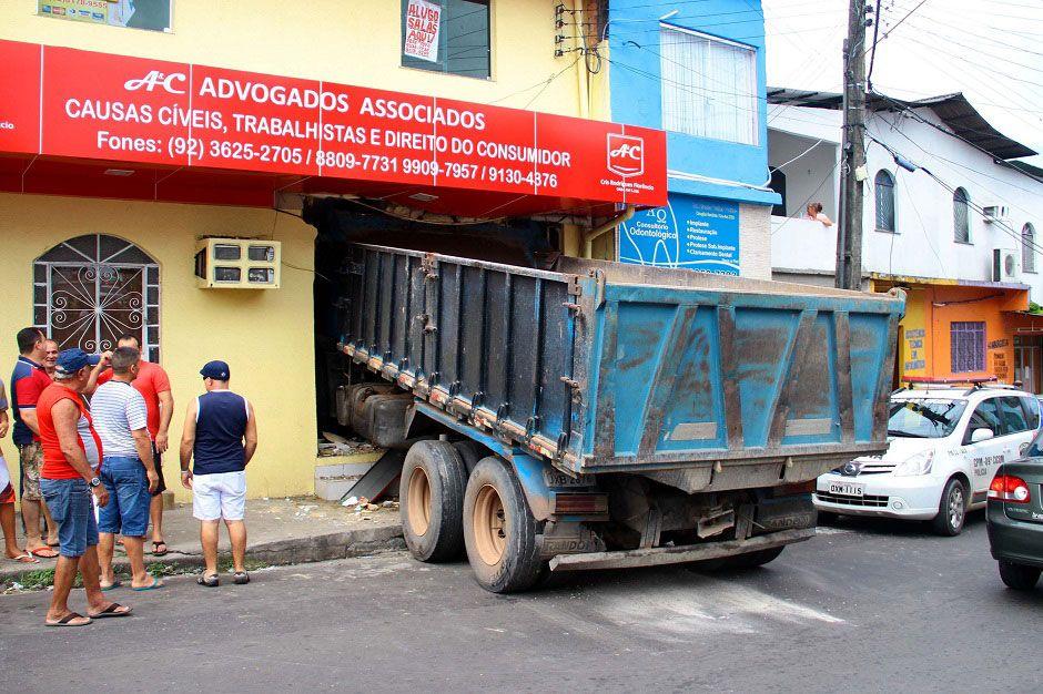 Caminhão destruiu a porta do estabelecimento após atropelar a vítima / Edmar Barros/Futura Press/Folhapress