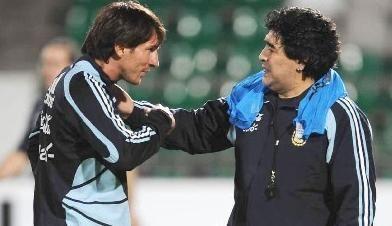 Messi conversa com Maradona na época em que El Pibe era técnico da seleção