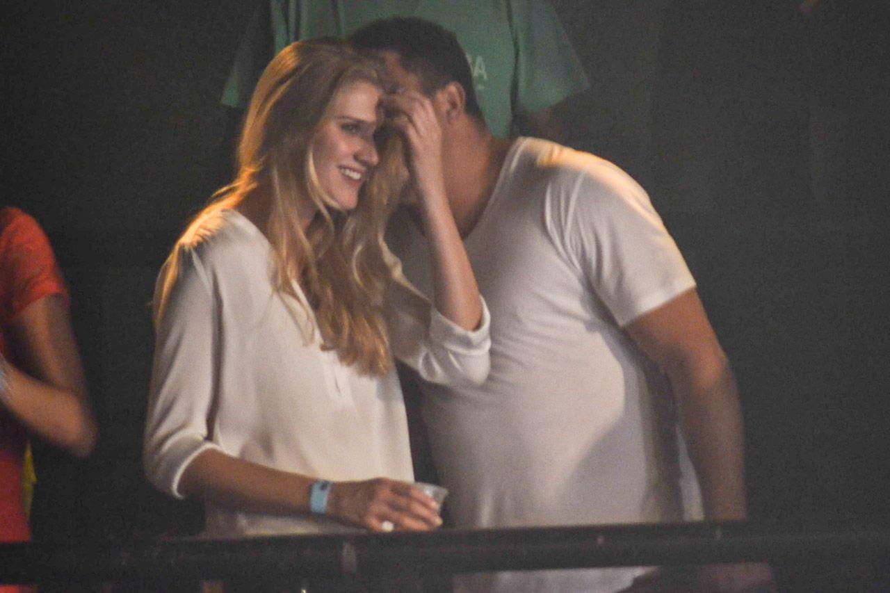 Ronaldo troca carinhos com namorada em show