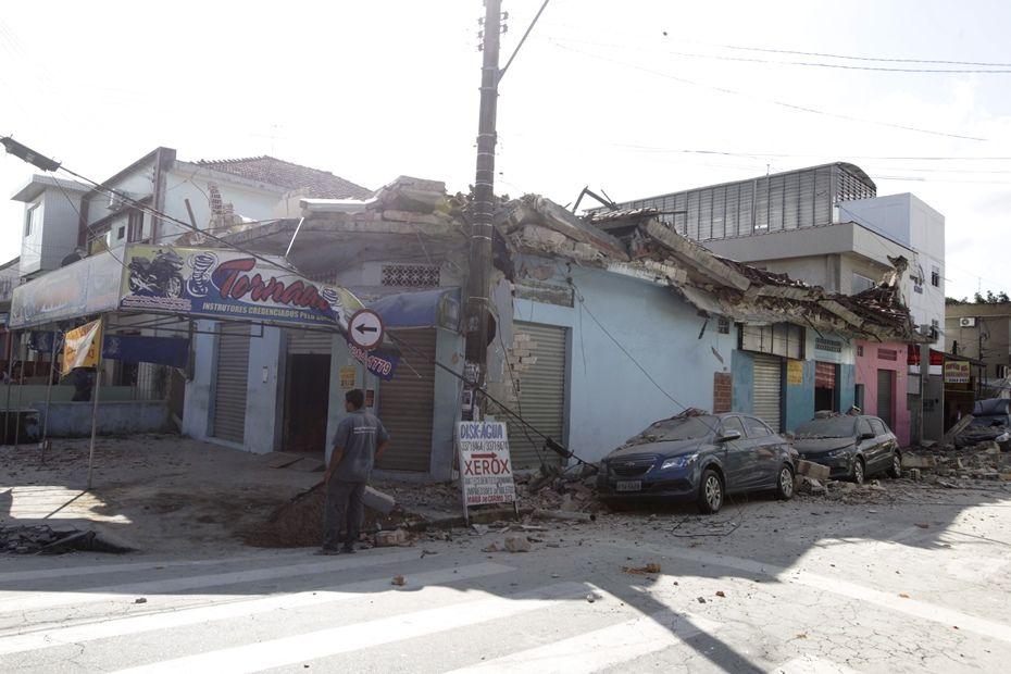 Parte de cima de sobrado em obras desaba / Carlos Nogueira/A Tribuna de Santos/Folhapress