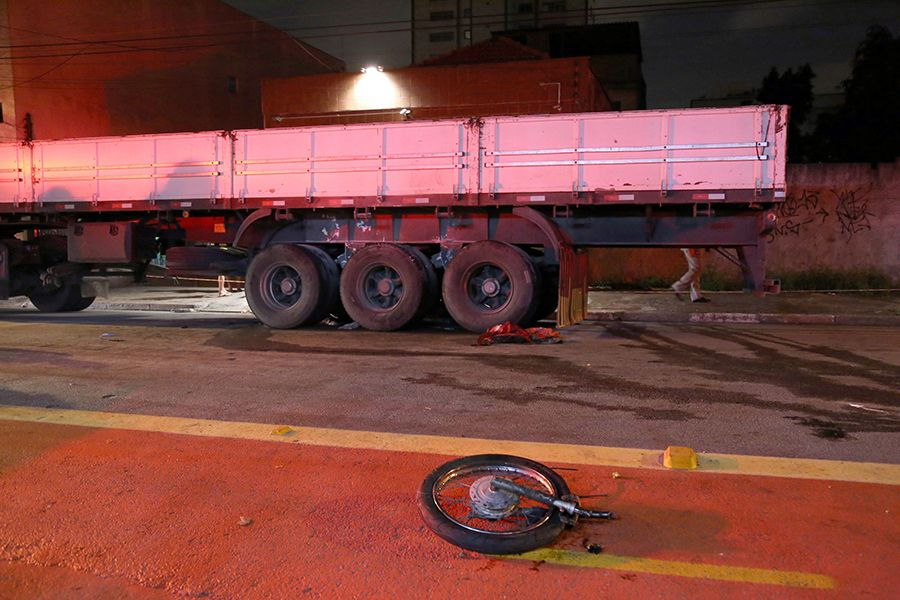Motociclista foi arrastado por alguns metros e a moto explodiu debaixo da carreta / Edison Temoteo/Futura Press/Folhapress
