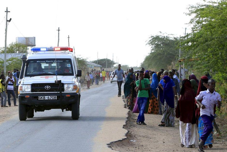 Ambulância segue em direção a universidade onde há agressores, em Garissa, no Quênia / Noor Khamis/Reuters