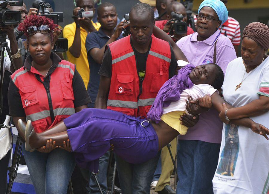 Membros da Cruz Vermelha carregam parente de uma das vítimas do atentado no Quênia / TONY KARUMBA / AFP