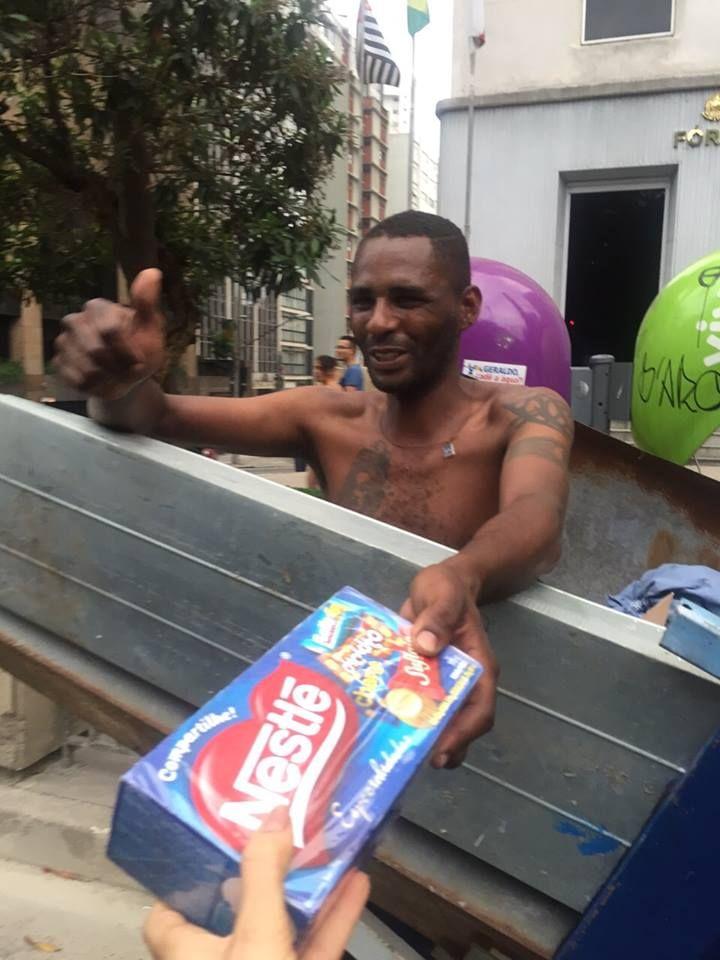 Mendigata entrega chocolates para moradores de rua