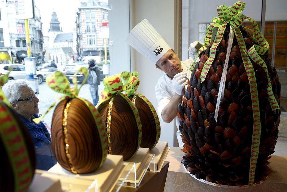 Lewis-Anderson exibe ovo de chocolate de 60 quilos em sua loja na Bélgica / REUTERS/Francois Lenoir