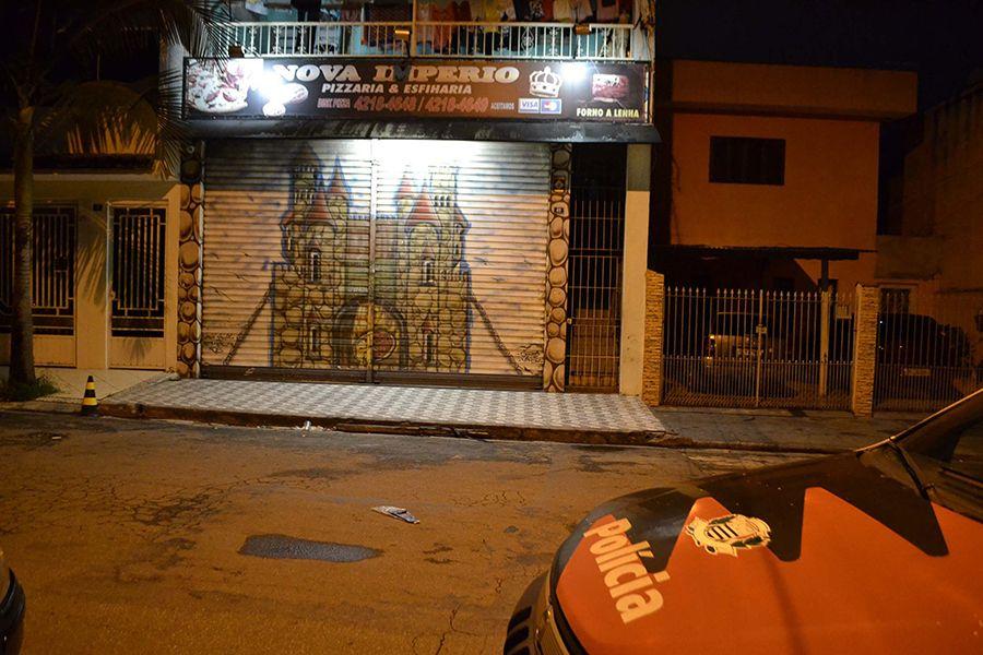 Ladrões invadiram a pizzaria armados com facas / Edu Silva/Futura Press/Folhapress