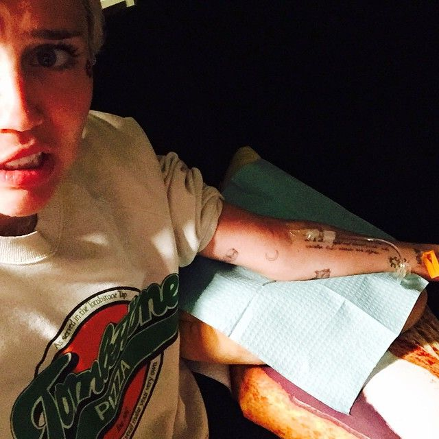 Miley Cyrus injeta vitamina na veia / Divulgação/Instagram