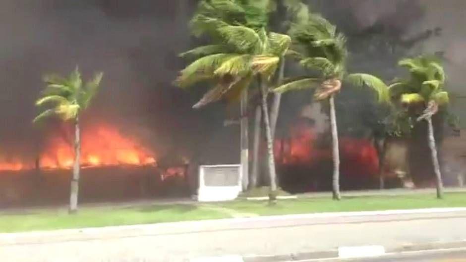 Incêndio atinge 11 quiosques na Praia da Enseada / Rádio Bandeirantes