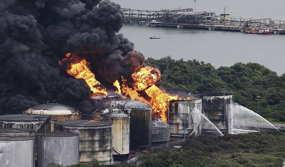Incêndio interrompeu acesso à áreas do porto / Nacho Doce/Reuters