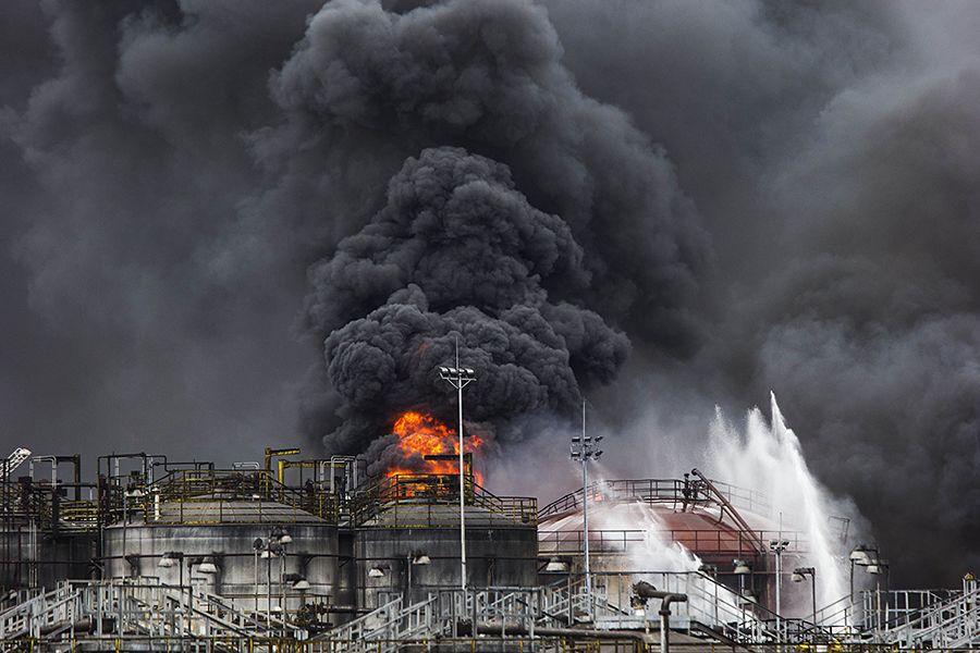 Incêndio atingiu tanques de combustíveis / Eduardo Knapp/Folhapress