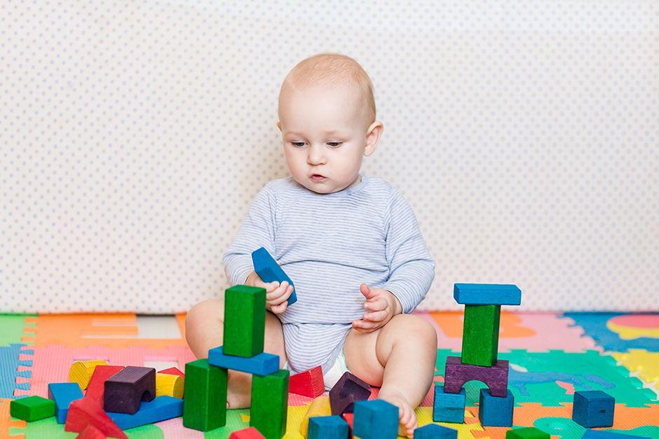 Bebês aprendem melhor ao ficarem intrigados / Shutterstock