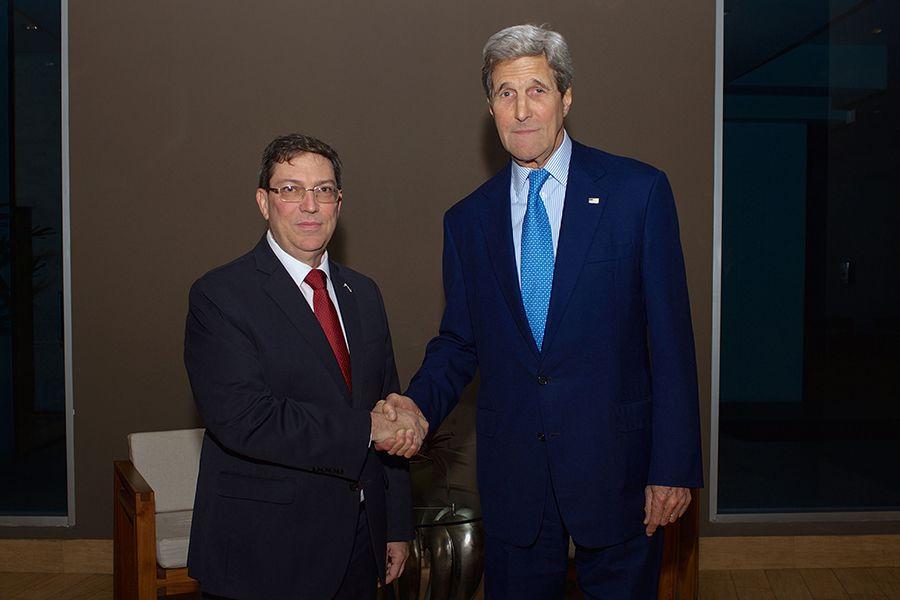 Ministro dos EUA  e chanceler cubano apertam as mãos / US STATE DEPARTMENT / AFP
