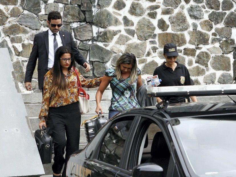 Élia segue para aeroporto, onde embarca rumo à Curitiba / Marco Aurélio Martins/Ag. A Tarde/Folhapress