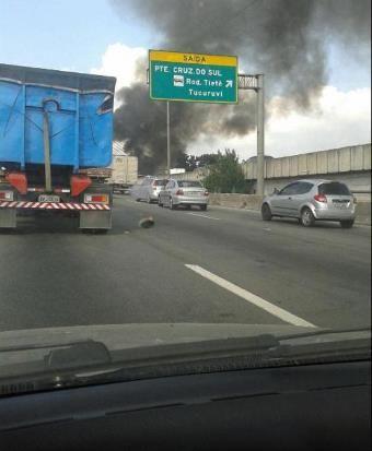 Incêndio atingiu terreno ao lado da Marginal Tiet¿¿