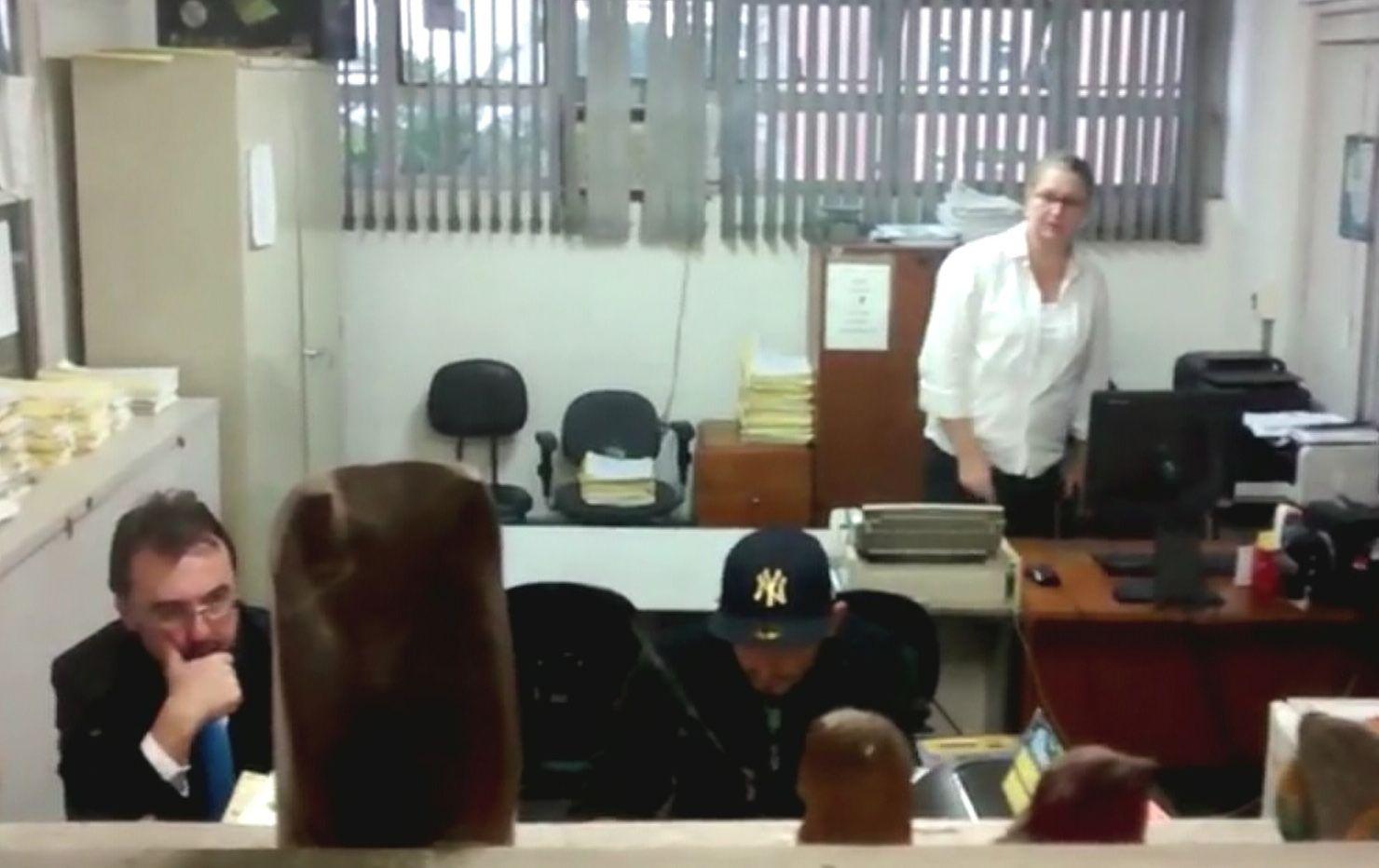 O zelador Francisco Costa (de boné) logo após se entregar à polícia / Reprodução/Band