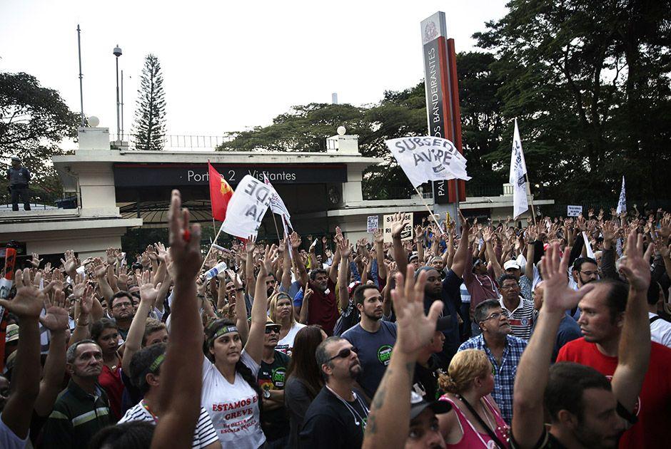 Após a decisão, os professores seguiram para a sede do governo paulista / Fabio Braga/Folhapress